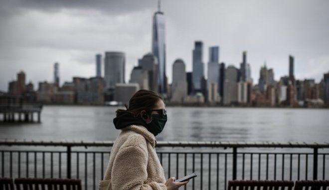 Γυναίκα με μάσκα στη Νέα Υόρκη (AP Photo/John Minchillo)
