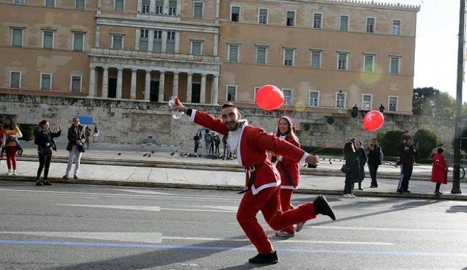 """Ατμόσφαιρα """"πάρτι"""" στην Αθήνα: Το κέντρο γέμισε Αγιοβασίληδες"""