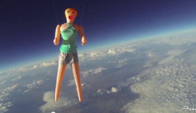 Μια σέξι κούκλα στο διάστημα