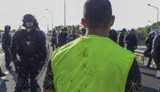 Διαδηλωτής των Κίτρινων Γιλέκων απέναντι σε αστυνομικούς - Φωτογραφία αρχείου