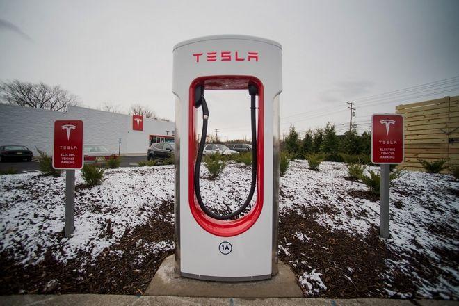 Tesla: Η εταιρεία που θέλει να σε κάνει να ξεχάσεις την ΔΕΗ