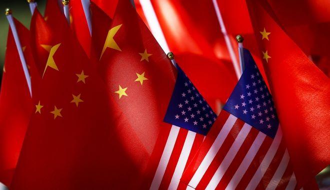 Σημαίες των ΗΠΑ και της Κίνας κυματίζουν στο Πεκίνο