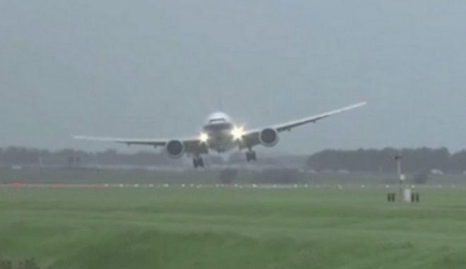 Βίντεο που κόβει την ανάσα: Αεροπλάνο προσγειώνεται με το πλάι εν μέσω θύελλας