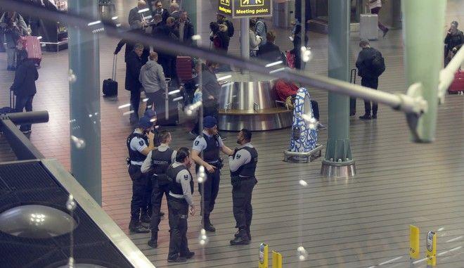 Αστυνομικές δυνάμεις της Ολλανδίας στο αεροδρόμιο Σίπχολ του Άμστερνταμ