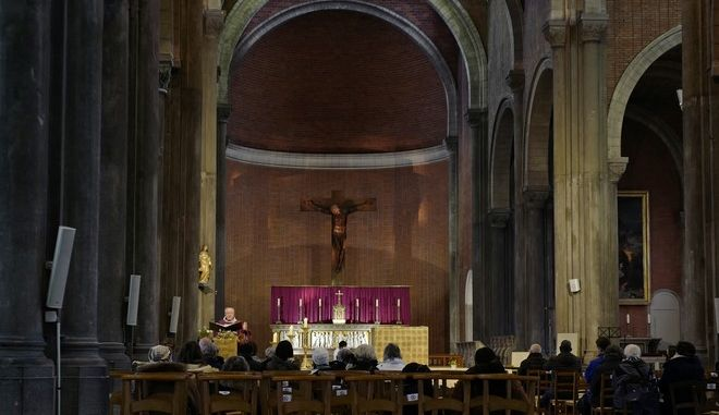 Άνθρωποι σε εκκλησία της Γαλλίας