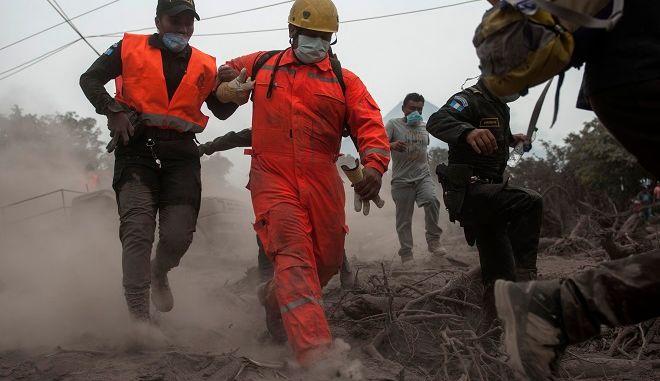 Επί ποδός πυροσβεστική και αστυνομία στην προσπάθειά τους να σώσουν κατοίκους από την μανία του ηφαιστείου
