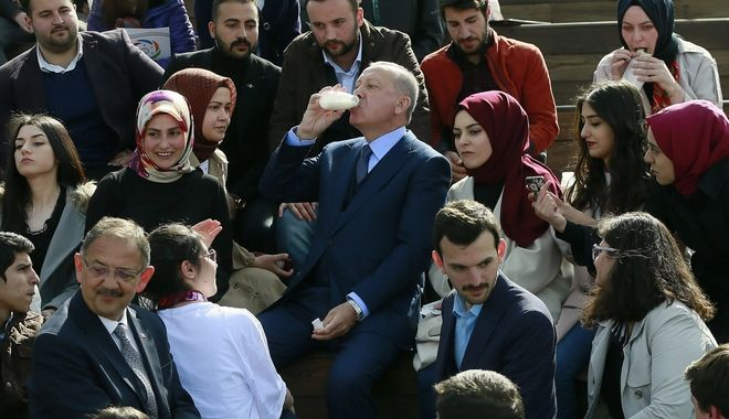 Ο Ερντογάν ανάμεσα σε οπαδούς του