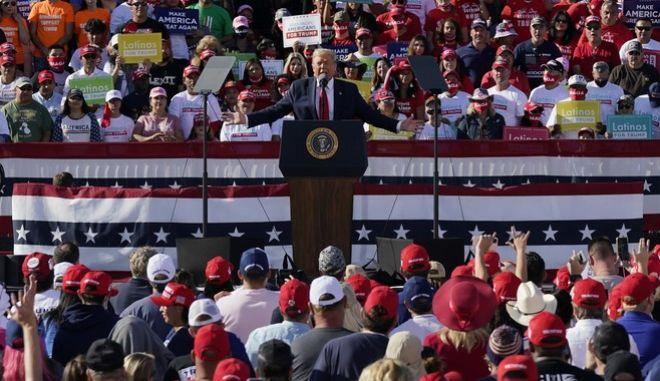 """ΗΠΑ: Ο κορονοϊός σαρώνει και ο Τραμπ μάχεται να """"καταπλήξει τα πλήθη"""""""