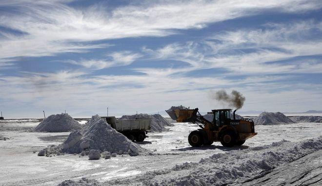 Βαριά μηχανήματα σε μια ημιβιομηχανική μονάδα στη Βολιβία για να παράγουν χλωριούχο κάλιο, που χρησιμοποιείται για την κατασκευή μπαταριών με βάση το λίθιο