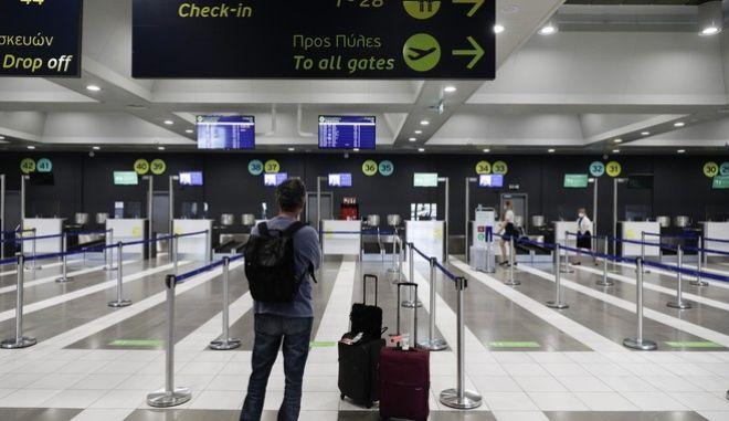 Επιβάτης σε αναμονή στο αεροδρόμιο Μακεδονία(ΑΡΧΕΙΟΥ)