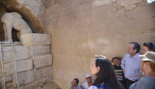 Ο πρωθυπουργός Αντώνης Σαμαράς, συνοδευόμενος από τον υπουργό Πολιτισμού, Κώστα Τασούλα, και την γγ του υπουργείου Λίνα Μενδώνη ξεναγείται στον χώρο της αρχαιολογικής ανασκαφής στον λόφο Καστά, στην Αρχαία Αμφίπολη την Τρίτη 12 Αυγούστου 2014. Οι ανασκαφές που διεξάγονται εικάζεται ότι βρίσκονται κοντά στην αποκάλυψη ενός σημαντικού τάφου.  Τα δύο τελευταία χρόνια κατά τη διεξαγωγή των ανασκαφών στον λόφο Καστά, αποκαλύπτεται ένας μοναδικός ταφικός περίβολος, λόγω του μεγέθους του, που αγγίζει τα 500 περίπου μέτρα, με ακριβείς αναλογίες ύψους τριών μέτρων και συνολικού μήκους 497 μέτρων. Χρονολογείται στο τελευταίο τέταρτο του 4ου αι. π.Χ. (EUROKINISSI/ΓΟΥΛΙΕΛΜΟΣ ΑΝΤΩΝΙΟΥ)