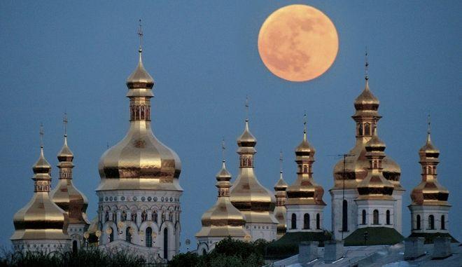 Στιγμιότυπο με την πανσέληνο πάνω από ορθόδοξο μοναστήρι στο Κίεβο