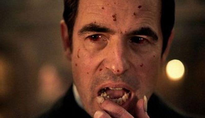 """Dracula: Οι """"έξυπνες"""" πινακίδες που εμφανίζoυν τον Άρχοντα του Σκότους μόνο τη νύχτα"""