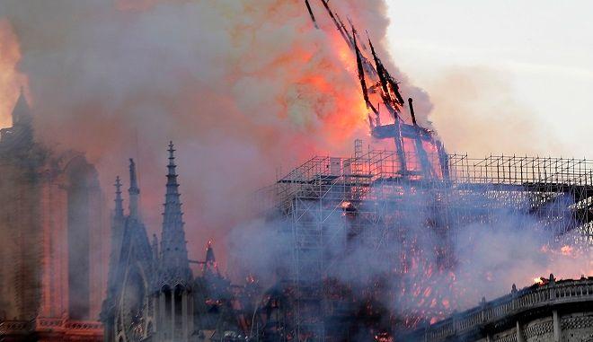 Παναγία Παρισίων: Η στιγμή της κατάρρευσης του Τρούλου