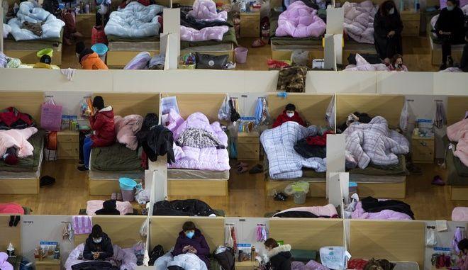 Ασθενείς που πάσχουν από τον νέο κοροναϊό νοσηλεύονται σε προσωρινά νοσοκομειακά καταλύμματα στην πόλη Γούχαν