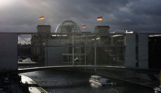 Σημαίες κυματίζουν στο κτίριο του Γερμανικού Κοινοβουλίου