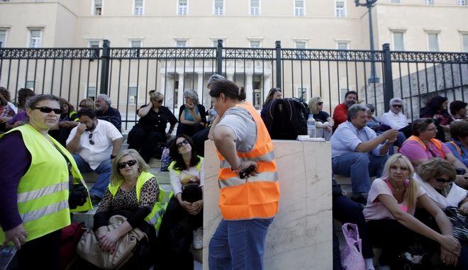 Πορεία σχολικών φυλάκων από την Θεσσαλονίκη προς την πλατεία Συντάγματος την Τρίτη 22 Οκτωβρίου 2013. Οι πεζοπόροι σχολικοί φύλακες ξεκίνησαν από τη Θεσσαλονίκη στις 28 Σεπτεμβρίου με σύνθημα «Μαραθώνιος Πρωτογενούς Πλεονάσματος, Ανεργίας, Ανέχειας, Εξαθλίωσης».  Η άφιξή τους στην Αθήνα συνδυάστηκε με πορεία προς το Σύνταγμα, που ξεκίνησε μπροστά από το Ραδιομέγαρο της ΕΡΤ και ολοκληρώθηκε στη Βουλή (EUROKINISSI/ΓΕΩΡΓΙΑ ΠΑΝΑΓΟΠΟΥΛΟΥ)