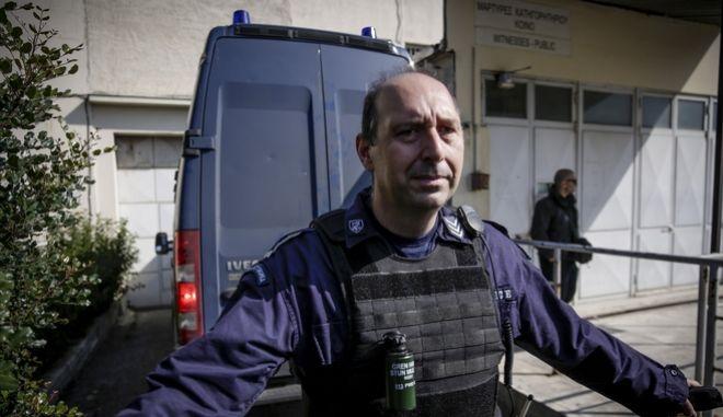 Η κλούβα της Ελληνικής Αστυνομίας που μεταφέρει τον πρωην υπουργό Γιάννο Παπαντωνίου και την σύζυγός του Σταυρούλα Κουράκου, στις φυλακές Κορυδαλλού