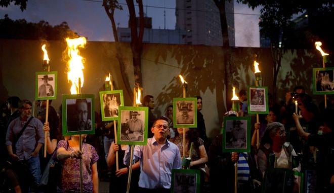 καρέ από πορεία διαμαρτυρίας στο Μεξικό για τη δολοφονία  του δημοσιογράφου Javier Valdez