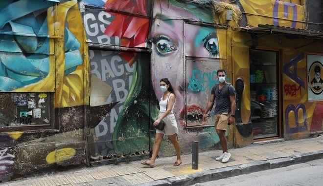 Πολίτες με μάσκες σε δρόμο της Αθήνας.