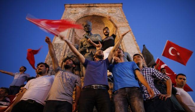 Διαδηλωτές σε φιλοκυβερνητική κινητοποίηση στην πλατεία Ταξίμ μετά την απόπειρα στρατιωτικού πραξικοπήματος τον Ιούλιο του 2016