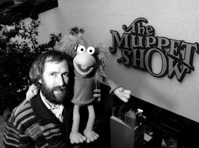 Ο Τζιμ Χένσον, με ένα από τα 'παιδιά' του, στις 6/2 του 1984 στο γραφείο του, στη New York City.