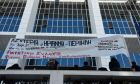 Πανό έξω από το Πενταμελές Εφετείο Αναστολών της Αθήνας όπου εξετάζεται  η αίτηση αναστολής έκτισης της ποινής της Ηριάννας και του Περικλή