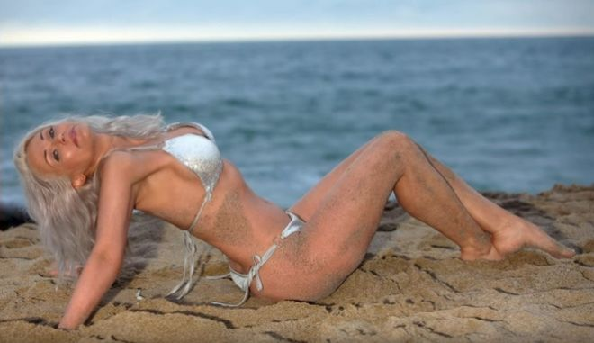 Sports Illustrated Swimsuit: Το 56χρονο μοντέλο που εντυπωσιάζει