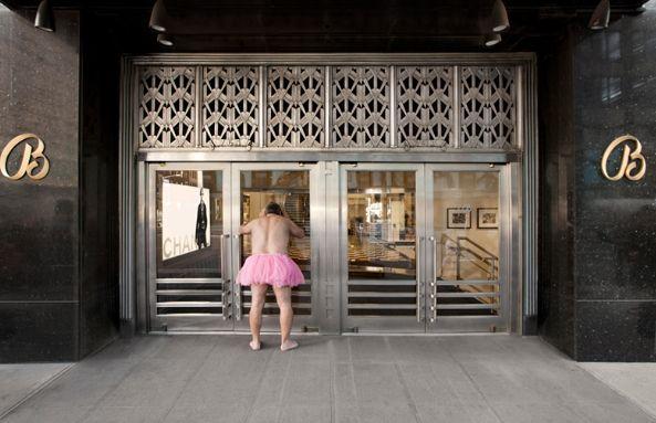 Με ροζ φούστα σε όλο τον κόσμο για να κάνει τη σύζυγό του να χαμογελάσει