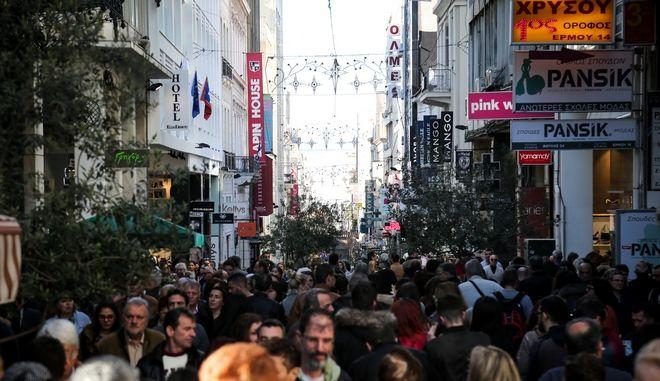 Κόσμος στην αγορά της Ερμού την περίοδο των Χριστουγέννων.