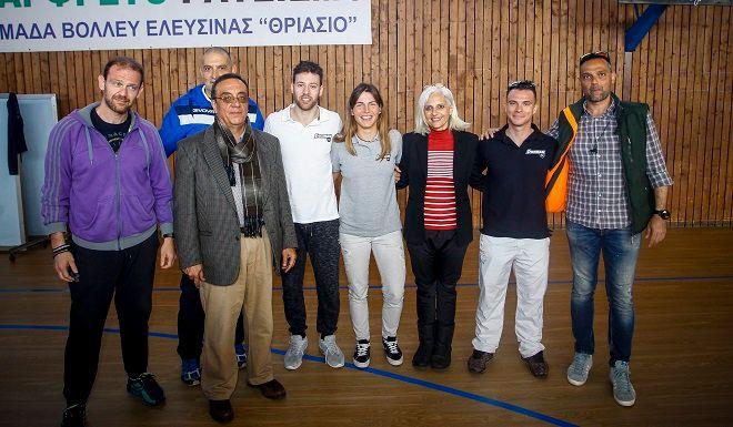 Επίσκεψη αθλητών της Stoiximan στο 2ο Γυμνάσιο Ελευσίνας, όπου μοίρασαν αθλητικό υλικό.