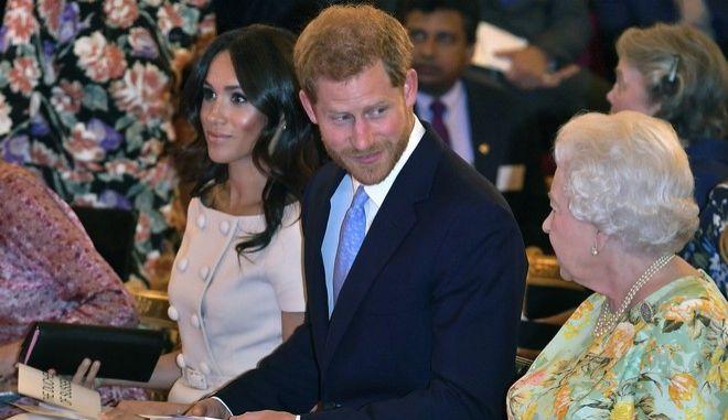 Από αριστερά η Μέγκαν Μαρκλ, ο πρίγκιπας Χάρι και η βασίλισσα Ελισάβετ σε εκδήλωσε στο παλάτι του Μπάκιγχαμ τον Ιανουάριο του 2018