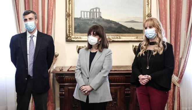 Η Πρόεδρος της Δημοκρατίας Κατερίνα Σακελλαροπούλου, ανταποκρινόμενη στην πρόσκληση της Ελληνικής Πνευμονολογικής Εταιρείας (ΕΠΕ), συμμετείχε σήμερα στο πρόγραμμα εμβολιασμού για την εποχική γρίπη και τον πνευμονιόκοκκο. (EUROKINISSI/ΠΡΟΕΔΡΙΑ ΤΗΣ ΔΗΜΟΚΡΑΤΙΑΣ/ΘΟΔΩΡΗΣ ΜΑΝΩΛΟΠΟΥΛΟΣ)