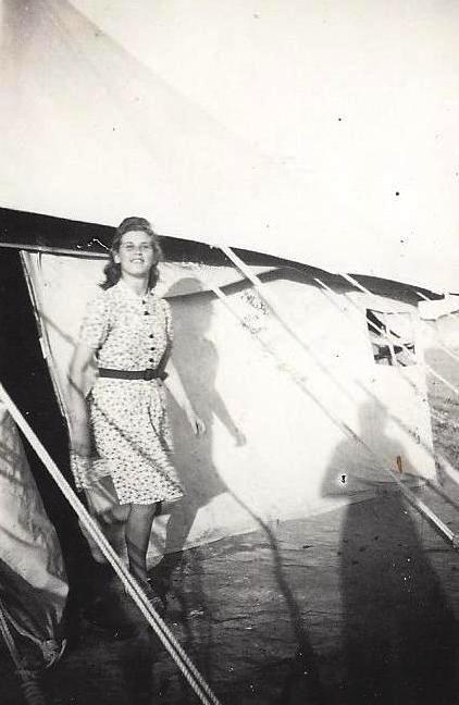 Η μεγάλη αδερφή της μητέρας μου, Μαρία, έξω από τη σκηνή όπου έμεναν, στο στρατόπεδο προσφύγων στην Αίγυπτο (1941).