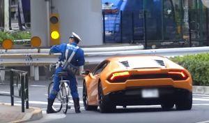 Βίντεο  Αστυνομικός καταδιώκει με ποδήλατο μια Lamborghini 7fe3b11db36