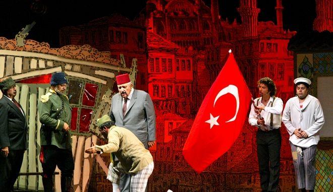 Έλληνες και Τούρκοι ηθοποιοί από την Κύπρο παρουσιάζουν από ένα έργο του Τούρκου θεατρικού συγγραφέα Haldun Taner, στο 1ο Διεθνές Φεστιβάλ Θεάτρου στην Κωνσταντινούπολη, 2004.