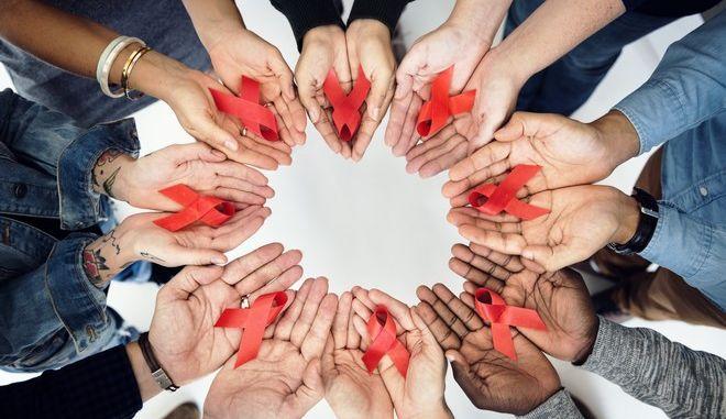 Η κόκκινη κορδέλα, σύμβολο αλληλεγγύης στους φορείς και ασθενείς
