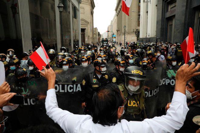 Η αστυνομία αποκλείει τους υποστηρικτές του πρώην προέδρου Martín Vizcarra που διαμαρτύρονται κοντά στο Κογκρέσο