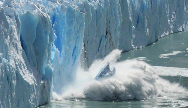 Το λιώσιμο των πάγων γίνεται με τρόπο που δυσχαιρένει την προσπάθεια των επιστημόνων να προλάβουν τις εξελίξεις, ώστε να αποφευχθεί η άνοδος στη στάθμη της θάλασσας. Μόνο οι πάγοι της Γροιλανδίας την αυξάνουν ένα χιλιοστό το χρόνο.