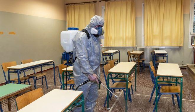 Σχολεία: Έτσι θα ανοίξουν - 15 μαθητές ανά αίθουσα και μεμβράνη μιας χρήσεως στα πληκτρολόγια