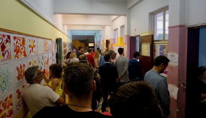Μέχρι τη δύση του ήλιου και τη λήξη της ψηφοφορίας ψήφιζαν οι Έλληνες