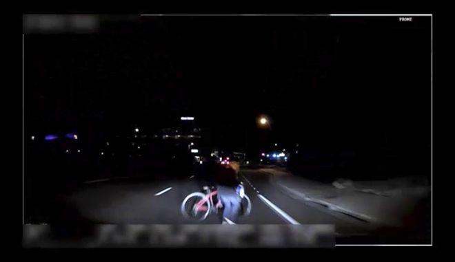 Στιγμιότυπο απ' το πρώτο θανατηφόρο ατύχημα με αυτοκίνητο χωρίς οδηγό, με θύμα μια γυναίκα στην Αριζόνα (Tempe Police Department via AP)