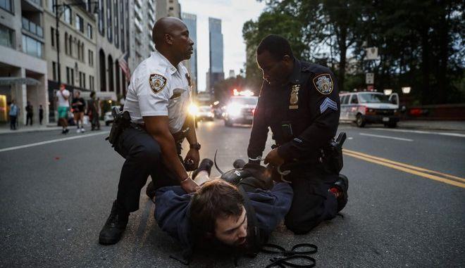 Η αστυνομία συλλαμβάνει ένα διαδηλωτή