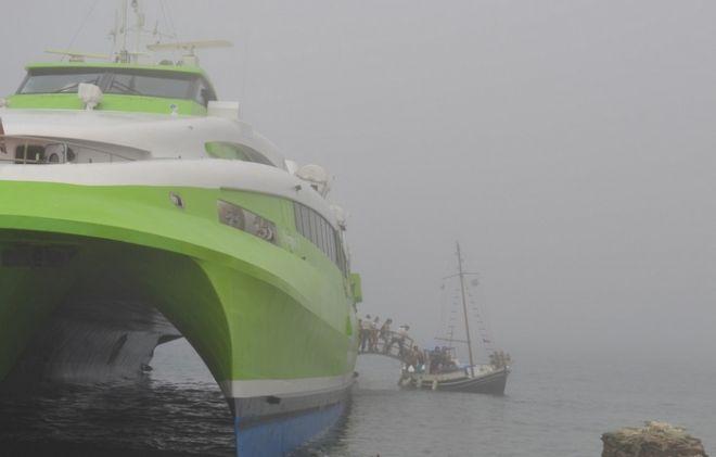 Καταμαράν προσάραξε στην Τήνο λόγω ομίχλης. Ξεκινούν την έρευνα οι δύτες