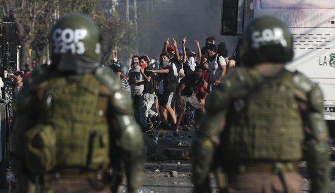 Αστυνομικοί συγκρούονται με κατοίκους στη Χιλή