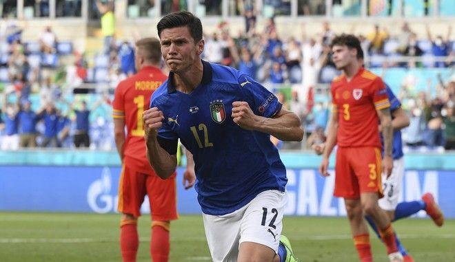 Ο Ματέο Πεσίνα πανηγυρίζει το γκολ που πέτυχε κόντρα στην Ουαλία στο Euro 2020
