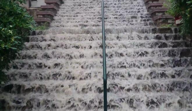 Κακοκαιρία στη Θεσσαλονίκη: Αυτό δεν είναι καταρράκτης, είναι σκάλες στην Άνω Πόλη