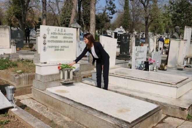 H Μπέττυ Μπαζιάνα στον τάφο του Ζορμπά