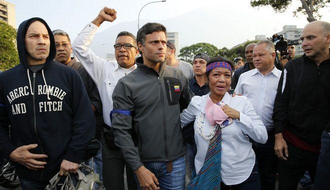 Ο Λεοπόλδο Λόπες στο κέντρο περιτριγυρισμένος από υποστηρικτές της αντιπολίτευσης στο Καράκας