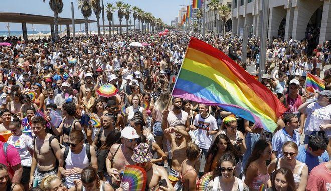 Κρατώντας πολύχρωμες σημαίες, περισσότεροι από 100.000 άνθρωποι συμμετείχαν σήμερα στην «Πορεία της Υπερηφάνειας» στο Τελ Αβίβ